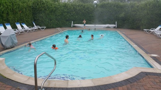 Bar Harbor Motel: Swimming in the Motel pool on an overcast afternoon