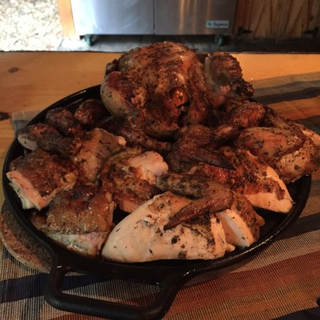Johnsburg, estado de Nueva York: Delicious roasted whole chicken roasted over an open flame