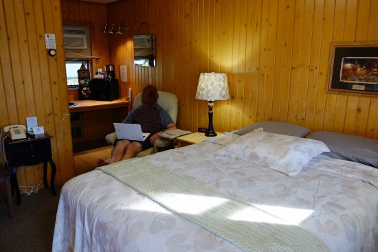 Brookside Motel: Our cozy room, perfect for two.