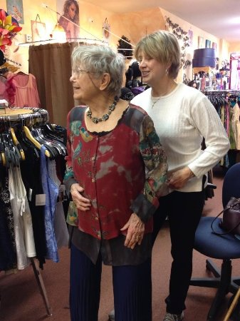 Willits, Kalifornien: 2 GENERATIONS AT MAZAHAR BOUTIQUE.