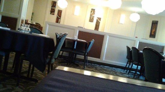 Airdrie, Canadá: looking around restaurant