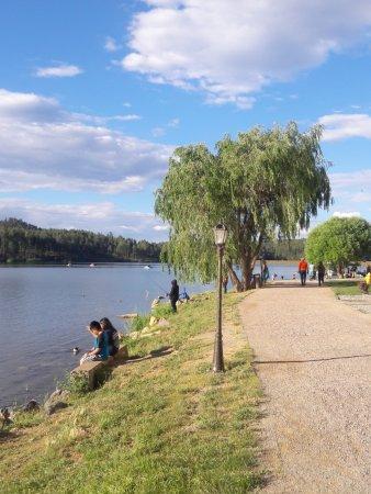 Inn of the Mountain Gods Resort & Casino: Walking path around the lake