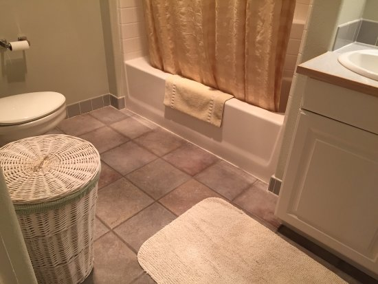 Condon, OR : Sparkling clean, beautifully furnished with attention to detail.