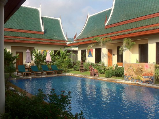 Baan Malinee Bed and Breakfast: The pool surrounded by the cottages (rooms)