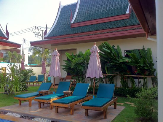 Baan Malinee Bed and Breakfast: Sun deck chairs