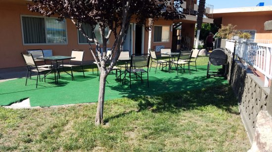 Americas Best Value Inn - Red Bluff : A strange turf area for picnics and such.
