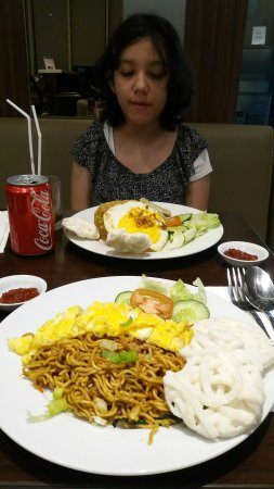 Hotel dinner meal ( fried rice and noodle )