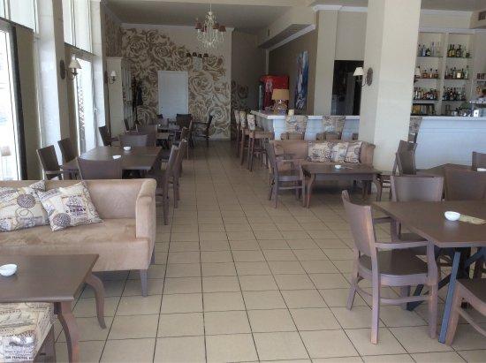 Nea Plagia, Yunani: Приятный и уютный интерьер Cafe Fratelli