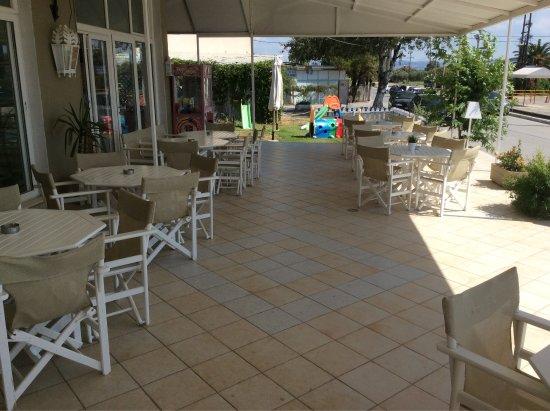 Nea Plagia, กรีซ: Приятный и уютный интерьер Cafe Fratelli