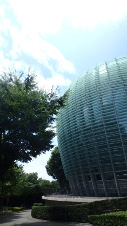 The National Art Center, Tokyo: ガラス張りの壁が優雅に膨らむ