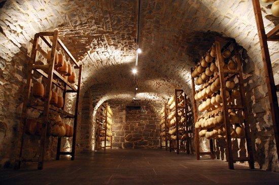 Agnone, Italy: Uno squarcio del locale a stagionatura della nostra Cantina - Museo