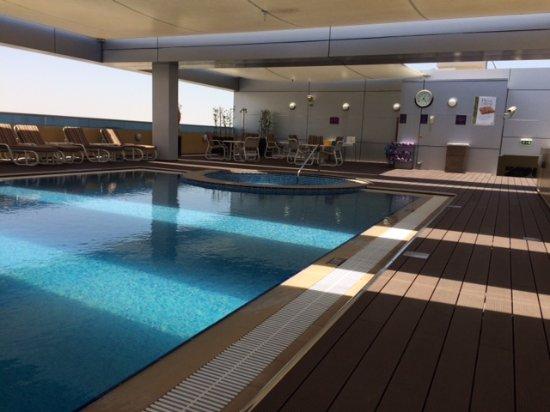 Premier Inn Abu Dhabi International Airport Hotel : Swimming Pool