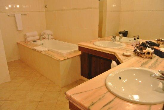 Vasche Da Bagno Jacuzzi Confronta Prezzi : Bagno con vasca da bagno e doccia foto di voi amarina resort