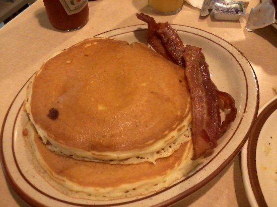 Pine City, MN: Large tasty pancakes and bacon