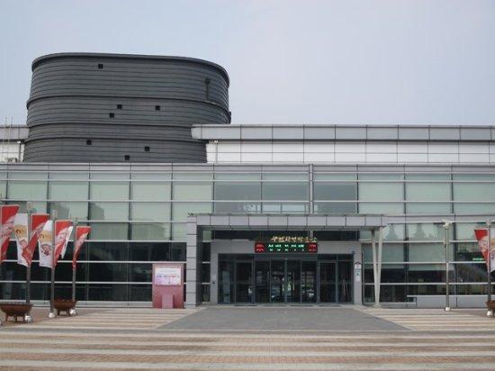 Suwon, Sydkorea: 華城の博物館とは思えないぐらい近代的な建物