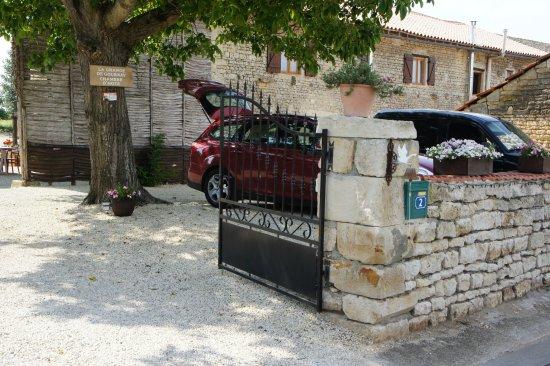 Gournay-Loize, France : fijn dat de auto 's nachts veilig  achter slot en grendel staat.