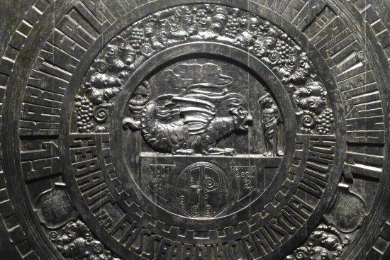 """Mezzocorona, Italia: Particolare della botte raffigurante le leggenda del """"Sangue di drago"""""""