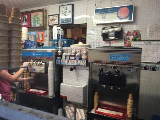 Liverpool, NY: Vicky's Tasty Treat - inside stand