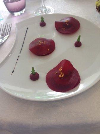 Vire, Francia: Artistic foie gras & beetroot starter