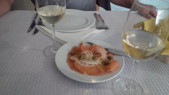 O Gimbras: Hora de almoço, sempre com direito a miminhos de entrada:) Belo salmão fumado acompanhado de bom