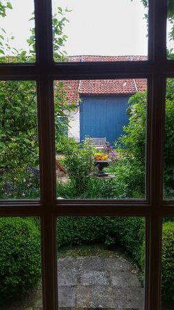 Alveringem, Bélgica: Elke kamer heeft een mooi zicht op de tuin.
