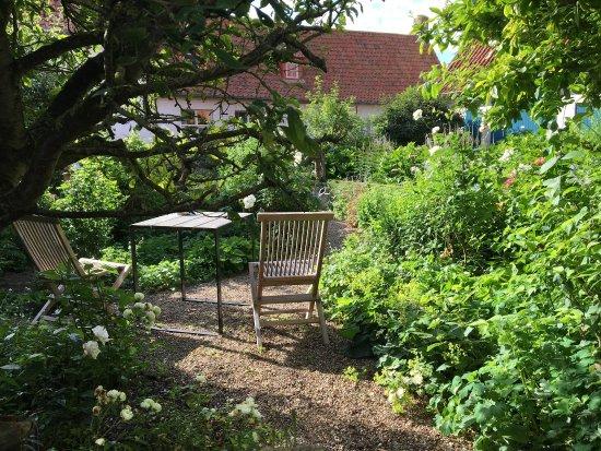 Alveringem, Belçika: De gezellige binnentuin nodigt onze gasten uit tot genieten.