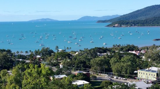 Sea Star Apartments: Lovely view from our second floor balcony towards the main harbour off Airlie Beach (zoomed in v