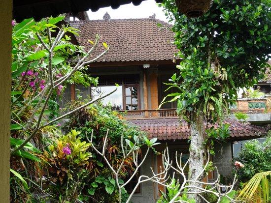 Gustis Garden Bungalows : chambre avec sa petite terrasse