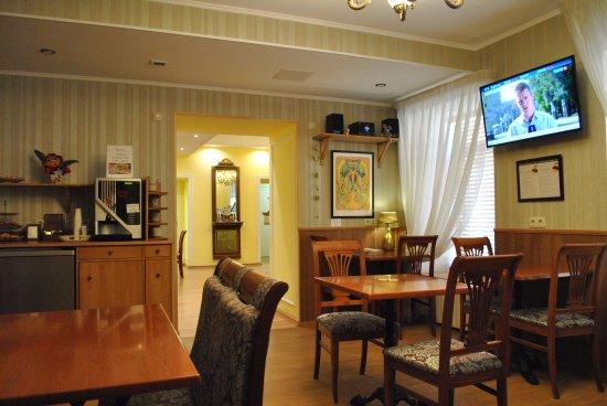 Comfort Hotel: En el espacio para desayunar hay te y cafe con galletitas gratis 24/7