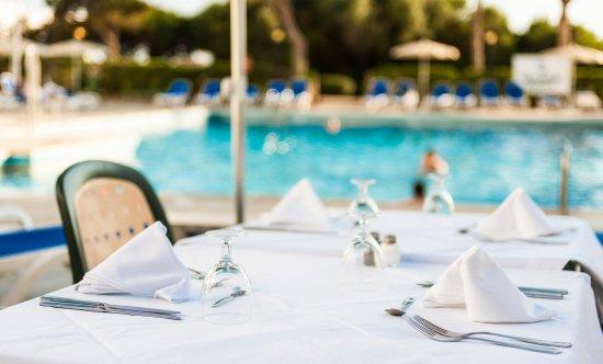 Apartamentos Globales Lord Nelson: Pool bar / Bar de la piscina