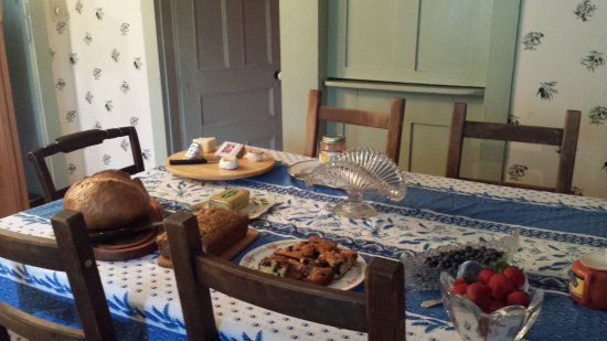 Green Trails Inn: Setting up the breakfast table