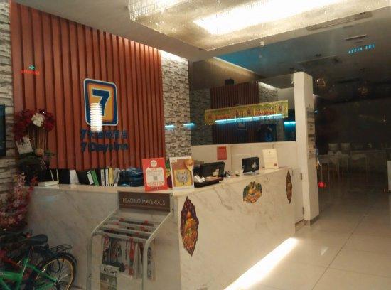 7 Days Premium: lobby hotel