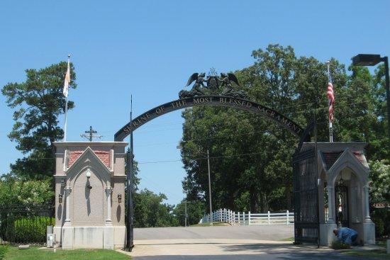 Hanceville, AL: Entrance to property.