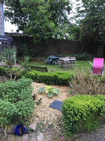Saint James, Frankrike: Un jardin très agréable en été.