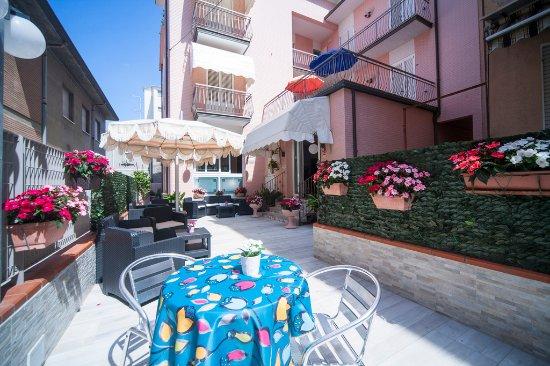 Hotel Nadia : cortile esterno