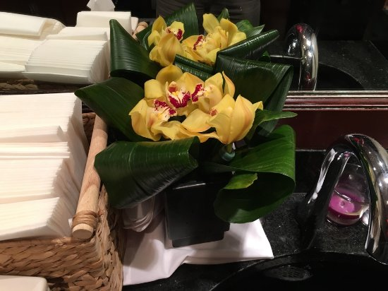 Atlantic Fish Company: Nice flowers in the wash room.