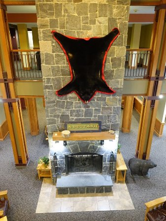 Bartlett, NH: Hotel lobby with fireplace.