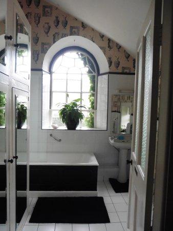 Bansha, Ireland: la superbe salle de bain en noir et blanc