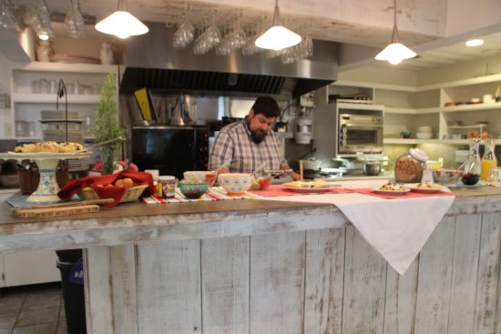 Husum, Ουάσιγκτον: Chef Aaron preparing herb cheese waffle and farm fresh poached eggs.