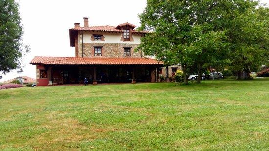 Orena, Spanyol: Vista de la casa desde el jardín