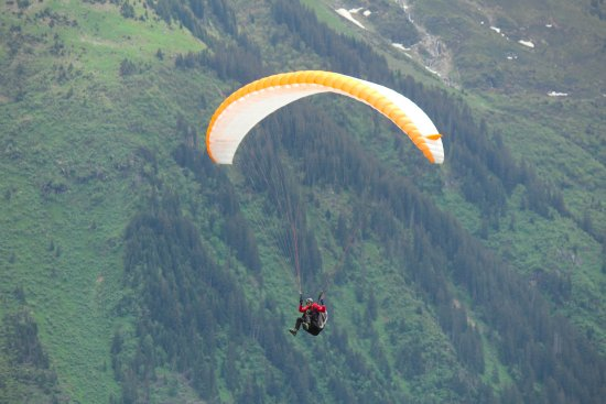 Chalet Fontana: Paragliders viewed right from Murreb