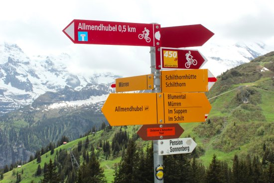Chalet Fontana: Hiking signs between Allendhubel and Murren.
