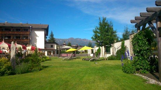 Jardin autour de la piscine - Picture of Hotel Fisserhof, Fiss ...