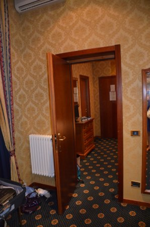 Raffaello Hotel : porte communicante entre les 2 pièces de la chambre