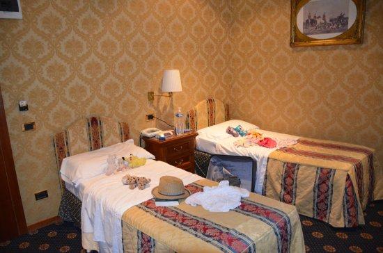 Raffaello Hotel : chambre familiale, côté lits simples