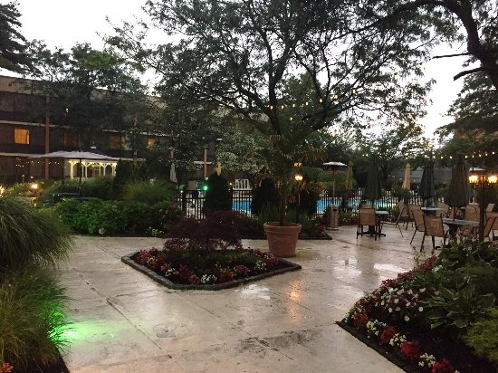 Holiday Inn Westbury: Courtyard Patio Early Evening