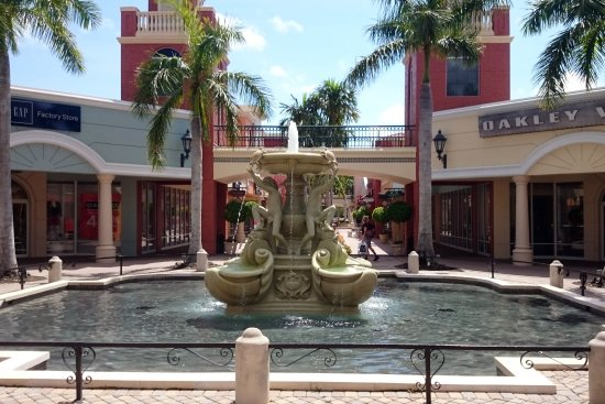 ‪‪Miromar Outlets‬: Centre fountain‬