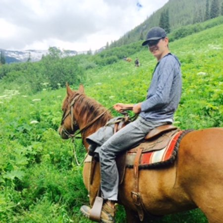 Cranbrook, Canadá: Noah riding into Hot Springs with other riders