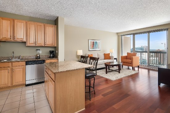 Manilow Suites at The Grand Plaza : Living area