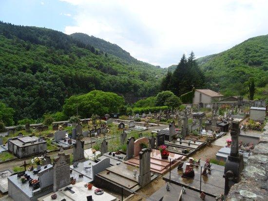 La tombe de jean droite l 39 entr e du cimeti re photo for Antraigues sur volane maison de jean ferrat